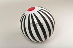 Nafukovací hračka Míč s pruhy, BLACK & WHITE , designerka Zuzana Lednická, Fatra