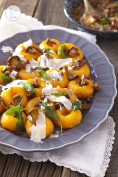 kluski-slaskie-z-dynia-i-sosem-kurkowym-przepis_06 Dumplings, Caprese Salad, Baked Potato, Vegan Recipes, Appetizers, Gluten Free, Meals, Dishes, Vegetables