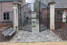 't Achterhuis in Udenhout, Noord-Brabant Ook deze poort staat in het park aan de overkant, in totaal hebben wij wel meer dan 100 poorten en eventueel bijpassend hekwerk. deze kunnen we desgewenst stralen, en coaten