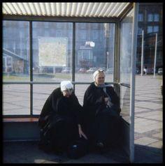 Gevers Deynootplein, twee Scheveningse vrouwen in dracht in een tramhuisje. ca 1975 Stokvis #ZuidHolland #Scheveningen