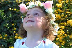 Doet je dochter dit jaar haar communie- of lentefeest en ben je nog op zoek naar een leuk accessoire? Probeer dan eens deze haarband met bloemen te maken. Het is snel, eenvoudig en het eindresultaat is prachtig.