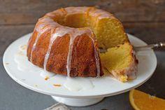 Denne appelsinkaken er lett å imponere med og enkel å røre sammen. Oppskrift på frisk og fantastisk god appelsinkake med deilig glasur. Doughnut, French Toast, Goodies, Baking, Breakfast, Desserts, Food, Sweet Like Candy, Bread Making