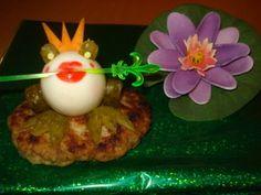 """ЦАРЕВНА - ЛЯГУШКА: варёное яйцо,  огурец для лапок и глаз,  морковь для короны,  котлетка для островка , я её специально плоской сделала (в крайнем случае кусочек хлеба можно использовать )  ну и """"стрела"""" и """"косметика"""""""