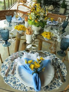 Blog da Andrea Rudge: MESA EM AZUL E BRANCO Blue Table Settings, Beautiful Table Settings, Place Settings, Table Setting Inspiration, Elegant Table, Table Arrangements, Easter Table, Holiday Tables, Decoration Table