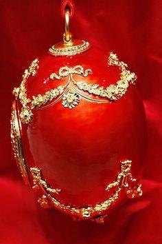 Bolso huevo rouge inspirado en los diseños Fabergé, de la colección de Alexander McQueen para la temporada otoño-invierno 2008/09.  Pinned from PinTo for iPad 