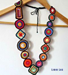Pedacinhos de cor, colar de crochê Pieces of color, crochet necklace Textile Jewelry, Fabric Jewelry, Crochet Bracelet, Crochet Earrings, Crochet Jewellery, Crochet Flowers, Crochet Lace, Beaded Lace, Bead Crochet