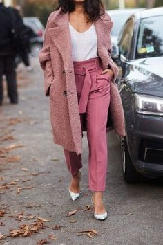 Bored with your black coat? Like this pink coat with high-waisted pink trousers! Check out fashion-forward styles that's going to upgrade your look and won't hurt your wallet. Outfits Otoño, Trouser Outfits, Cool Outfits, Fashion Outfits, Womens Fashion, Workwear Fashion, Fashion Blogs, Fashion Videos, Girl Fashion