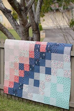 Patchwork Quilt tutorial by Bonjour Quilts. A quick and easy baby quilt pattern which uses simple squares to create an ombre effect across the quilt. Perfect for beginner quilters. Quilt Baby, Baby Patchwork Quilt, Patchwork Ideas, Scrappy Quilts, Small Quilts, Easy Quilts, Free Baby Quilt Patterns, Quilting Patterns, Free Pattern
