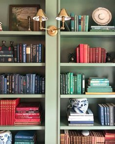 analyse-der-details-meredith-ellis-la-dolce-vita/ - The world's most private search engine Green Bookshelves, Styling Bookshelves, Library Bookshelves, Bookshelves In Living Room, Bookcases, Decorating Bookshelves, Bookshelf Design, Classic Home Decor, Classic House