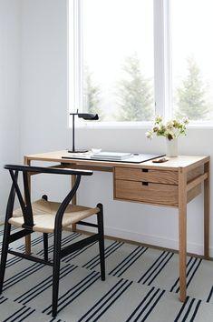 Schlichter Schreibtisch aus Holz mit Stuhlklassiker, kleiner Arbeitsbereich, Minimalistischer Arbeitsbereich, Ideen Schreibtisch