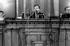 Markka päästettiin lopullisesti kellumaan syksyllä 1992. Pääministeri Esko Aho (kesk.), valtiovarainministeri Iiro Viinanen ja Suomen Pankin pääjohtaja Sirkka Hämäläinen kertoivat asian tiedotustilaisuudessa 8.9.1992.
