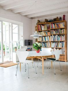 Photo: Hus&Hem /Helene Toresdotter You don´t need more than one room. Swedish home by architects Lundquist & Andersson , more here Kitchen Bookshelf, Kitchen Doors, New Kitchen, Round Table And Chairs, Swedish House, Dining Area, Dining Rooms, Dining Table, Inspired Homes