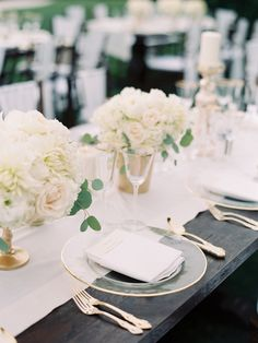 White centerpiece | Photography: Clary Pfeiffer Photography