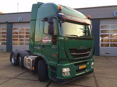 SPIJKENISSE - Onlangs heeft IVECO Schouten Spijkenisse een nieuwe IVECO Stralis Hi-Way afgeleverd aan Van Leeuwen Logistics uit Krimpen aan den IJssel. De IVECO trekker is voorzien van de 460pk en 2150Nm sterke Cursor 11 dieselmotor met Hi-eSCR systeem, zonder EGR.  De nieuwe Stralis is een uitbreiding van de vloot van Van Leeuwen Logistics en zal worden ingezet voor diverse (zwaar-) transportwerkzaamheden. Binnenkort zal Van Leeuwen Logistics ook nog een IVECO Stralis bakwagen in gebruik…
