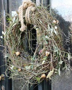 #wreath #krans #kranz #stoer #sober #landelijk #blomkjeenwenje Wreaths For Front Door, Door Wreaths, Diy Wreath, Grapevine Wreath, Door Prizes, Festival Decorations, How To Make Wreaths, Christmas And New Year, Grape Vines