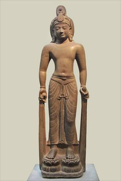 Bodhisattva Avalokiteshvara Viêtnam, province de Soc Trang, Tân Long Art khmer préangkorien, Style du Phnom Da, VIIe siècle ( ?). Grès 188 x 49 x 29 cm MA 5063