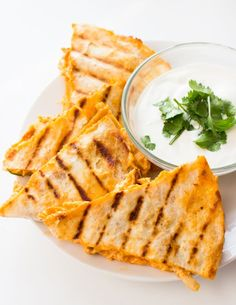 Buffalo Chicken Quesadillas loaded with rotisserie chicken, buffalo sauce, ranch, and lots of cheese. These DELICIOUS extra crispy quesadillas are SO easy to Chicken Appetizers, Chicken Recipes, Recipe Chicken, Keto Chicken, Tapas, Chicken Quesadillas, Chicken Burritos, Chicken Enchiladas, Quesadilla Recipes