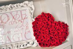 Ideia super legal de almofada de feltro em formato de coração para você fazer em casa. Com poucos materiais e alguma inspiração é possível fazer um belo artesanato para decorar a casa.