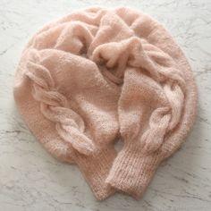 Такую модель лучше вязать из мохера, так как мохеровая пряжа имеет длинные пушистые волокна, и изделия, связанные из нее, получаются очень воздушными, лёгкими и теплыми. Идеально подходит для холодной погоды. Шаль-рукава вяжется не сложно, лицевая гладь и жгут. За основу взяла итальянский мохер и спицы 3 мм. Начинаем вязание с манжеты, для этого набираем на чулочно-носочные спицы 40 петель,…
