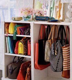 Organização de bolsas feita ao que parece em uma cômoda reformada.