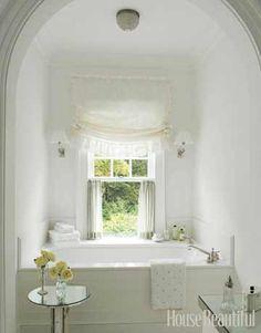 Baño con vistas/ luz natural/ ventanas/ blanco: el blanco de este #baño y sus vista hacen de él un lugar muy relajante !  #diseñobaño #iluminacionbaño #bañera #bañoblanco #badebaño