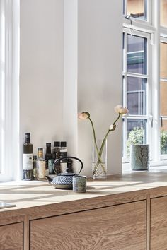 Kitchen of the Week: Lukas Grahams Stunning and Sustainable Kitchen Kitchen Tops, New Kitchen, Kitchen Dining, Danish Kitchen, Country Look, Living Room New York, Traditional Doors, Scandinavian Living, Home Decor Accessories