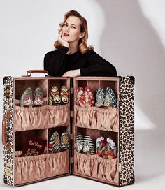 Para viajar com estilo: a @charlotte_olympia acaba de revelar a coleção-cápsula criada em parceria com a Globe-Trotter, marca mega descolada de malas de viagem, vendida com exclusividade no @modaoperandi e na @harrods. São malas e nécessaire com estampas de leopardo (incluindo um modelo pensado para carregar sapatos!), além de uma linha de flats decoradas com desenhos inspirados em diferentes destinos do mundo - há rosas inglesas, dragões chineses e bonecas russas, por exemplo. Veja mais no…
