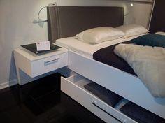 Bergruimte, lade onder bed  Ledikant Emotion  wit en leren hoofdbord grijs met op zonder lade 180 x 210 cm   zwevend nachtkastje Merk : Nolte  Delbruck http://www.theobot.nl/collectie/5-slaapkamers/4-nolte-delbruck.html