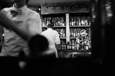 Un hombre entra en un bar y hace una apuesta con el dueño: Hacer pis dentro de un vaso que está al final de la barra. ¿Crees que será capaz de conseguirlo?