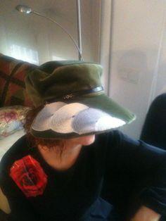 Gorra de terciopelo verde copn aplicaciones de encaje