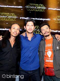 Tiga aktor laga Indonesia, Yayan Ruhian, Iko Uwais, dan Cecep Arif Rahman berhasil menembus ranah Hollywood. Mereka bertiga turut ambil bagian dalam film yang memiliki penggemar di seluruh dunia,'Star Wars'. Sebuah keberuntungan bagi ketiga aktor ini dapat beradu akting dengan Harrison Ford, aktor terkenal asal Amerika. Yayan Ruhian mengaku merasa beruntung dapat berbagi ilmu dan pengalaman dengan aktor senior itu. #YayanRuhian #IkoUwais #CecepArifRahman #StarWars #Bintang #Indonesia