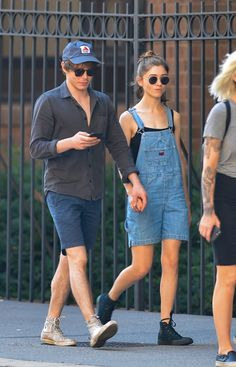 Not strangers! Stranger Things Natalia Dyer and Charlie Heaton held hands in NYC on Tuesd. Stranger Things Natalia Dyer, Stranger Things Actors, Stranger Things Netflix, Stranger Things Tattoo, Stranger Things Season 3, Charlie And Natalia, I Love Cinema, Natalie Dyer, Charlie Heaton