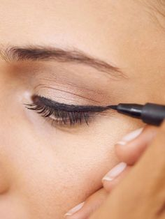 With instructions: How to draw the perfect Mit Anleitung: So ziehst du dir den perfekten Lidstrich A perfect eyeliner is not that difficult - Perfect Eyeliner, Best Eyeliner, How To Apply Eyeliner, Black Eyeliner, Eyeliner Brands, Simple Eyeliner, Eyeliner Makeup, Eyeliner Designs, Eyeliner