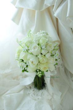 八芳園様へのスズランと白バラのブーケ。 花嫁様から、メールとお写真をいただきました。 「昨日無事に式を終えることが出来ました」、と たくさん...