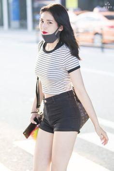 Asian Girl is neglecting her grey Face Mask Sexy Asian Girls, Beautiful Asian Girls, Kpop Fashion, Korean Fashion, Ulzzang Fashion, Cosmic Girl, Lee Hi, Oppa Gangnam Style, Jeon Somi