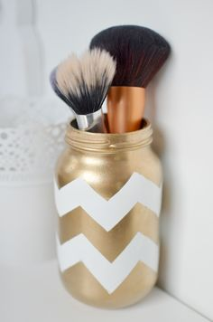 Create your own DIY Brush holder with this easy tutorial #craft #diy #gold