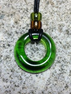 Grüne Weinflasche Halskette von GlassARiotOfColor auf Etsy