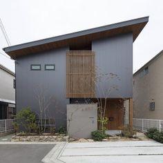 注文住宅の設計・施工を手がける工務店、住まい設計工房です。京都市を中心に大阪・奈良・滋賀にて耐震構法SE構法とダブル断熱による安全で快適な住まいづくりに取り組んでいます。 Japanese Modern House, Modern Tiny House, Japan Architecture, Architecture Design, Modern Exterior, Exterior Design, Shed Roof, Facade House, Prefab