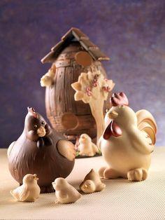 Con la famiglia composta dalla gallina Cocca, dal gallo Pasquale e dai tre pulcini, si possono creare magnifici scenari pasquali. Nello sfondo si vede l'uovo legno, che fa da pollaio, rifinito con il tetto e lo steccato e l'albero di mele. Puoi trovare questi stampi in vendita online su www.decosil.it #pasqua #animali #cioccolato #easter #chocolate #molds