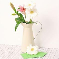 Jarra de metal esmaltada en color crema decoración interior y flores. Enamel jug in cream color ideal for flowers and provenzal style kitchen decoration.