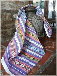 VENDIDO Deco-Idea Étnica !!  Aguayo industrial Norteño . (crudo/violeta) Color: verde oliva ,amarillo, beige, turquesa, rojo, crudo con violeta Medidas 1.20 x 1.20 aprox Podes usarlo como mantel, como manta de sillón, pie de cama de 1plza ... Se lava fácilmente y no pierden el color.  Contacto almainkieta.deco@gmail.com Por interno de face o WHATSAPP 11-21640764