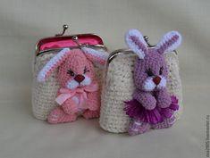 Украшения для сумок ручной работы. МК кошелёк крючком Зайка. Орлова Светлана (osa2905). Ярмарка Мастеров. Крючком, фермуары для кошельков Crochet Wallet, Crochet Coin Purse, Crochet Shoes, Crochet Purses, Crochet Gifts, Cute Crochet, Crochet For Kids, Crochet Baby, Holiday Crochet Patterns