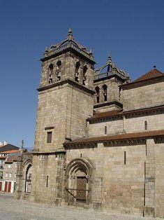 Южный фасад собора с романским порталом, Кафедральный собор Браги (порт. Sé de Braga),Собор Пресвятой Девы Марии-католич.собор в городе Брага (Португалия).В осно.чертах был закончен к к.XIIв, построен в романском стиле с сильным влиянием бургундской архитектуры и,в свою очередь, повлиял на возводивш.позднее в Португалии романские строения.