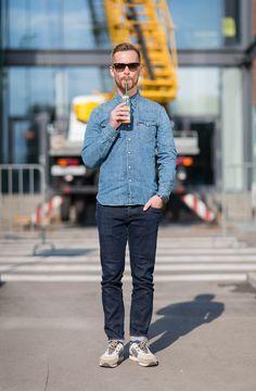 джинсы Tommy Hilfiger, рубашка Levi's, кроссовки Asics, очки Ray Ban, персиковый смузи