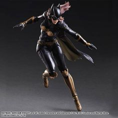 Derived from the popularBatman: Arkham Knightvideo game, Batgirl's long hair is reproduced using flexible materials and ratcheted jointing, while the three-part construction of her cape enables eleg