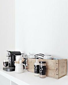 Nespresso,TineK,Menu and Kähler Cozy corner - Only Deco Love Coffee Station Kitchen, Home Coffee Stations, Office Coffee Station, Kitchen Interior, Kitchen Decor, Kitchen Design, Kitchen Display, Wooden Kitchen, Kitchen Furniture