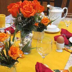 E, para florir esta manhã ensolarada, arranjinhos de rosa laranja.   Idealizamos e produzimos capa para sousplat,  guardanapo, porta guardanapo, trilhos de mesa, toalhas de mesa, arranjo floral,  capa para almofada, jogo americano, cestinhas, cortinas,  capa para puff