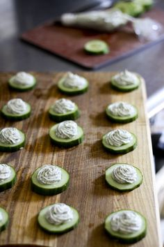 Great summer appetizers don& have to be complicated and don& necessarily need the stove These crisp, refreshing cucumber rounds topped with a savoury herbed cream cheese come together in mere moments and disappear just as quickly! Cheese Appetizers, Appetizers For Party, Appetizer Recipes, Cucumber Appetizers, Cucumber Bites, Cheese Recipes, Simple Appetizers, Cucumber Recipes, Appetisers