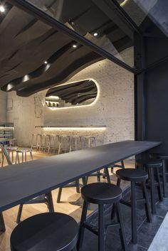 Черный потолок в квартире: 80 нестандартных и стильных реализаций http://happymodern.ru/chernyj-potolok-foto/ Фактурный черный потолок с точечными светильниками в интерьере кухни