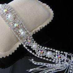 Pulsera de Cristal y perlas    Pulsera ajustable de perlas y cristales Austriacos con baño de plata.  Medidas: ancho: 2,5cm, Largo 16cm + 8cm de cadenilla